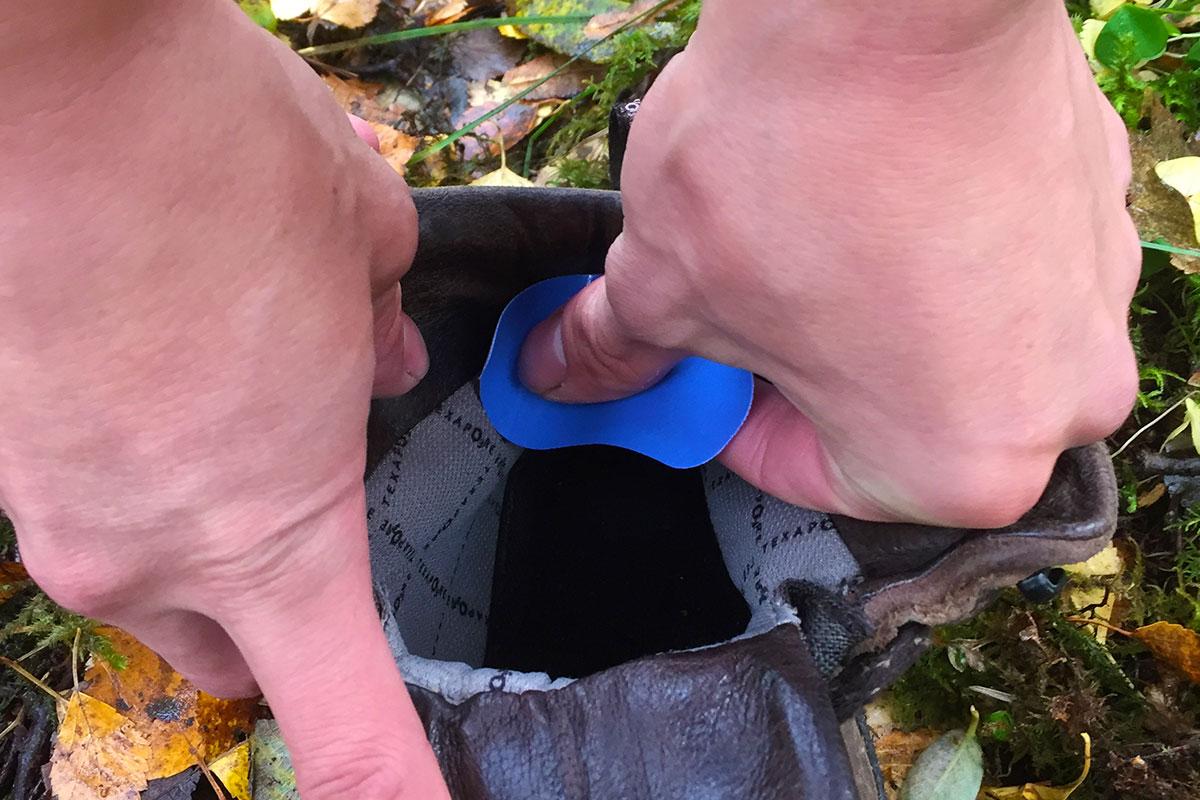 Aufkleben eines Blasenstoppers in der Fersenbox eines Wanderschuhs